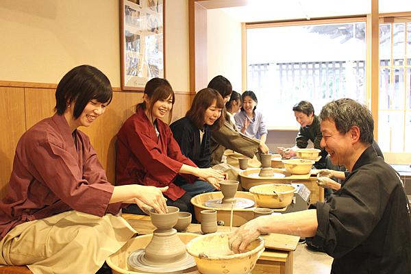 在建立於1771年的老舗體驗京燒・清水燒六魯陶器製作