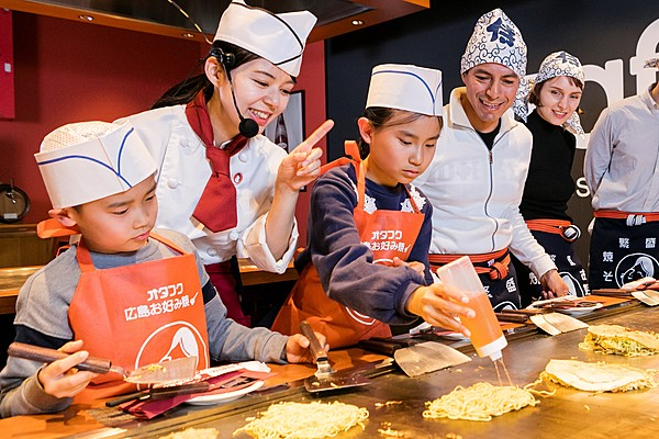 """Learning From Professional Chefs! Making An Authentic """"Hiroshima Okonomiyaki"""" Experience Plan Using a Hot Griddle Enjoy Hiroshima Plan"""