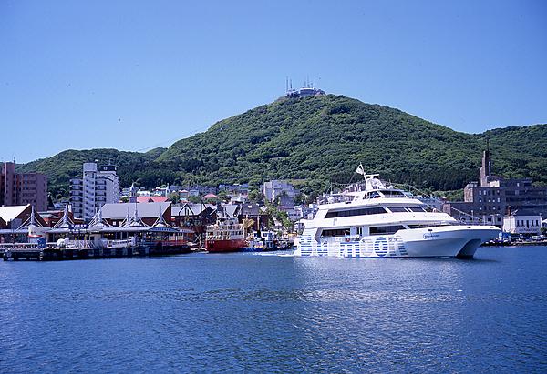 巡遊函館灣岸的灣內郵輪(附海鮮市場的烤海鮮料理)