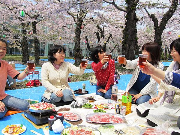 No need to take up space! Jingisukan at Goryokaku, the famous place for cherry blossom viewing! Sizzling BBQ Limited time only!