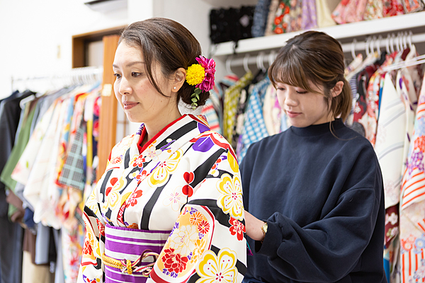 Cultural Exchange in Yokohama Chinatown. Learn Simple Kimono Dressing. Eat Around in Kimono in Chinatown.