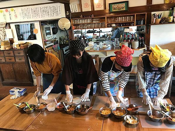 函館的俄羅斯鄉間小屋  於古民家Cafe內製作燒烤俄羅斯傳統餡餅Pirozhki