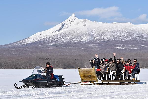 It's near Hakodate! A scenic sledding tour to enjoy fishing for wakasagi and cooking on the lake ice in a national park.