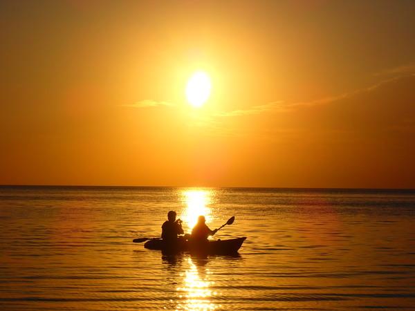 【宮古島】被紅霞滿天所圍繞,自選SUP立式槳板or加式獨木舟的夕陽之旅