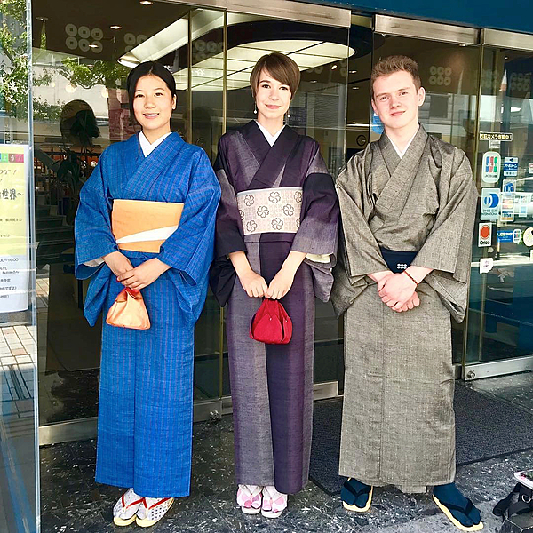 Walk around the castle town of Ueda wearing an Ueda pongee kimono!
