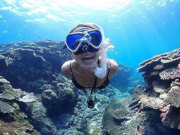 在白海灘水域體驗浮潛,邂逅可愛魚類與美麗珊瑚(提供水中攝影服務!!)