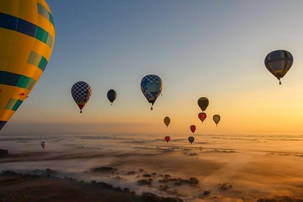 【平日】早朝のロマンティックな時間を過ごす熱気球フリーフライト体験